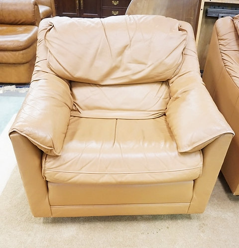 LIGHT BROWN LEATHER LOUNGE CHAIR.