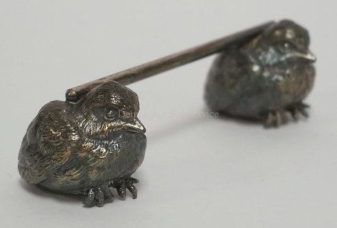 VICTORIAN SILVER PLATED FIGURAL KNIFE REST IN THE FORM OF BABY CHICKS. 4 3/4 INC
