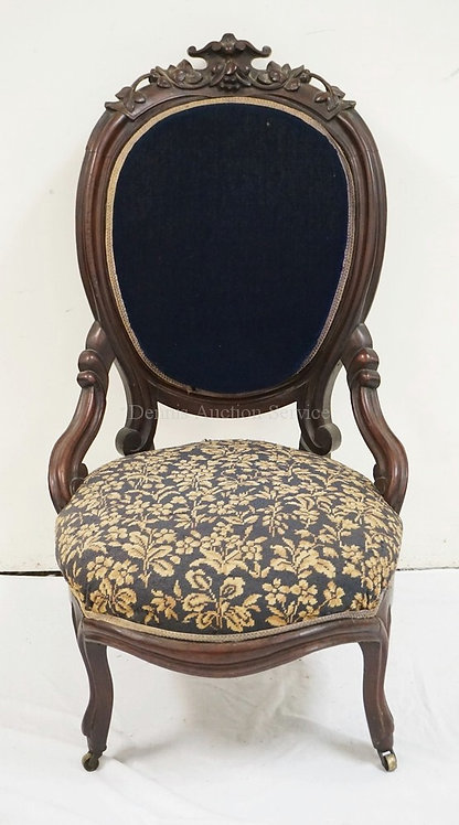 CARVED WALNUT VICTORIAN SIDE CHAIR.