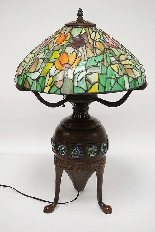 CONTEMPORARY LEADED GLASS TABLE LAMP WITH A TURTLEBACK STYLE BASE. 25 1/2 INCHES