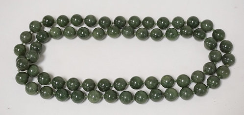JADE BEADED NECKLACE MEASURING 17 INCHES LONG. 7/16 INCH BEADS.