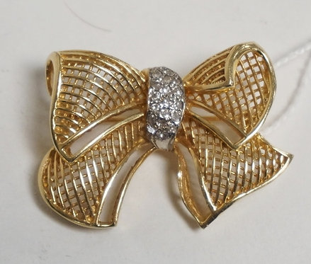 14K GOLD BROOCH IN THE FORM OFA BOW WITH A DIAMOND ACCENTED KNOT. 5.45 DWT. 1 3/
