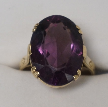 ANTIQUE 9K GOLD RING WITH A LARGE FACETED OVAL AMETHYST. 3.65 DWT. APPROX SIZE 6