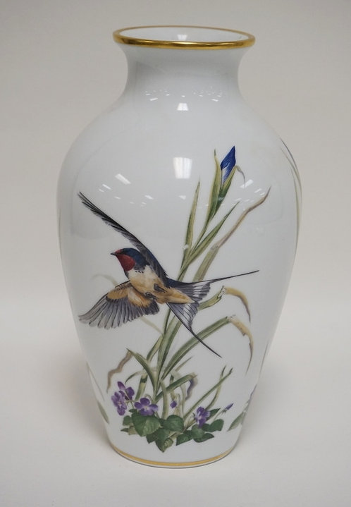 FRANKLIN PORCELAIN *THE MEADOWLAND BIRD VASE*. LIMITED EDITION. 11 1/2 INCHES HI
