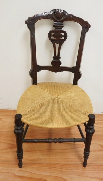 1085_VICTORIAN CARVED WALNUT SIDE CHAIR WITH A RUSH SEAT. 31 INCHES HIGH.