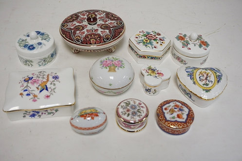 LOT OF 11 PORCELAIN TRINKET BOXES. INCLUDES HAND PAINTED DELFT, HAMMERSLEY, WEDG
