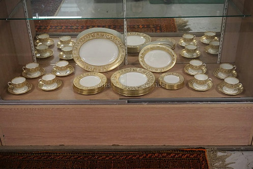 42 PIECE WEDGWOOD FLORENTINE DINNERWARE SET WITH GOLD DECORATION. 8 FIVE PIECE P