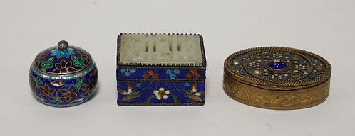 LOT OF 3 ENAMEL DECORATED PILL BOXES. LARGEST IS 1 7/8 INCHES WIDE.