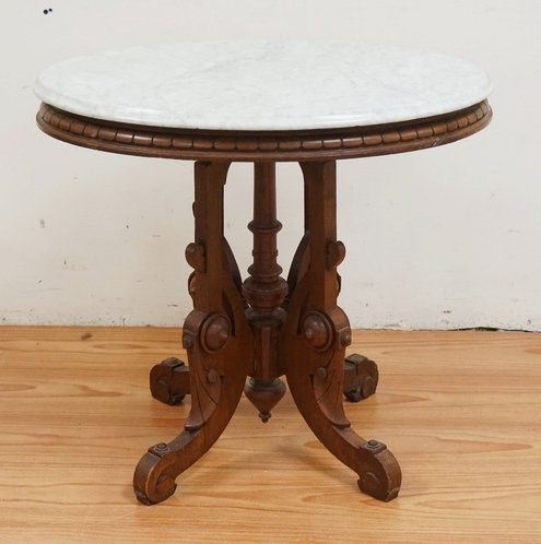 VICTORIAN CARVED WALNUT MARBLE TOP LAMP TABLE. 28 INCHES HIGH. 31 X 24 INCH OVAL