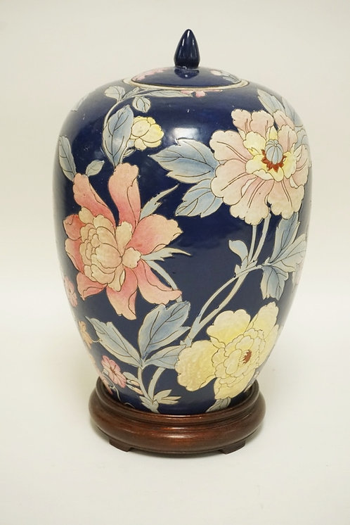 1257_ASIAN PORCELAIN JAR WITH LID AND A WOODEN BASE. CHOP MARK ON THE BOTTOM. 14