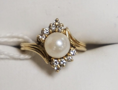 10K GOLD PEARL AND DIAMOND RING. APPROX SIZE 4. 2.2 DWT.