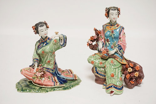 LOT OF 2 ASIAN PORCELAIN FIGURES OF WOMEN. 9 INCHES HIGH.