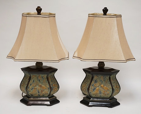 PAIR OF TABLE LAMPS DECORATED WITH BIRDS.