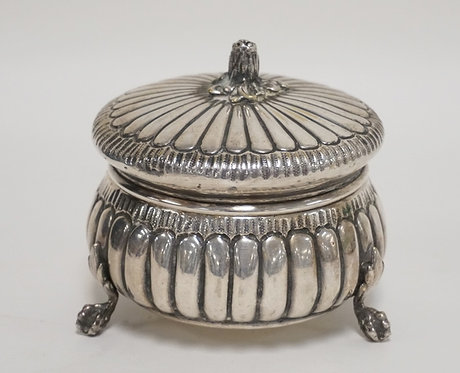 STERLING SIVLER COVERED BOX WITH CLAW FEET. LONDON, 1893. 7.65 TROY OZ. SMALL DE