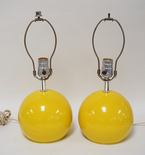 PAIR OF MID CENTURY MODERN BALL FORM METAL LAMPS IN YELLOW. 15 1/2 INCHES TALL.