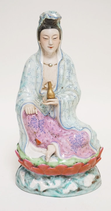 ASIAN PORCELAIN FIGURE OF A SEATED GUANYIN. 10 INCHES HIGH.
