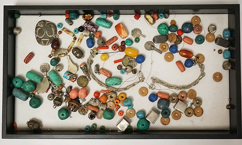 LOT OF ASSORTED TRIBAL & TRADE BEADS.