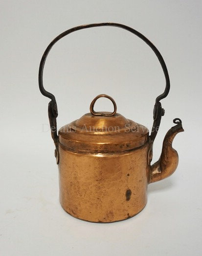 HAND HAMMERED COPPER KETTLE MEASURING 10 INCHES HIGH.