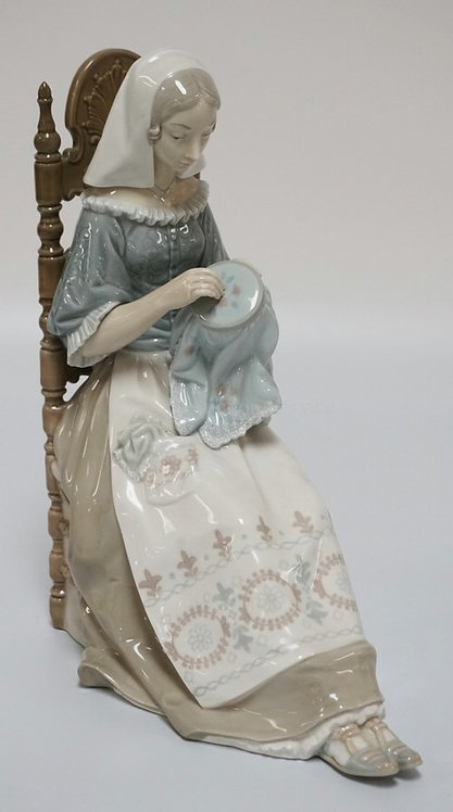 1009_LLADRO #4865 *EMBROIDERER* PORCELAIN FIGURE MEASURING 11 INCHES HIGH.