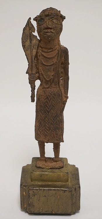 BRONZE AFRICAN STATUE OF A STANDING FIGURE ON A WOODEN BASE, 12 INCHES HIGH.