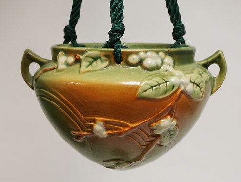 ROSEVILLE *SNOWBERRY* ART POTTERY HANDING PLANTER IN GREEN. 8 1/4 INCHES WIDE.
