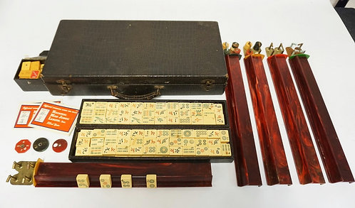 VINTAGE MAHJONG SET IN CASE. CHIP HOLDERS HAVE CORROSION.