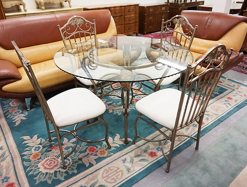 METAL DINING TABLE WITH A GLASS TOP AND 4 CHAIRS.