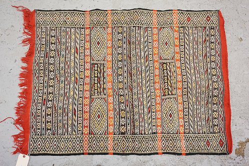 MOROCCAN RUG MEASURING 3 FT 10 X 2 FT 10 INCHES.