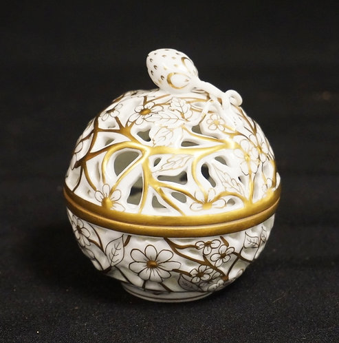 HEREND PORCELAIN RETICULATED DISH WITH LID. FLORAL MOTIF DECORATED WITH GOLD. 3