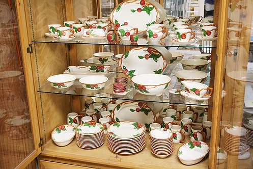 1233_80 PIECE FRANCISCAN APPLE DINNERWARE SET. PLATTERS MEASURE 14 1/4 INCHES.