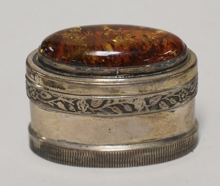 SMALL STERLING SILVER BOX WITH A LARGE OVAL AMBER TOP. 1 X 1 1/4 INCHES OVAL. 1