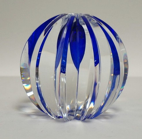 SIGNED HOYA CRYSTAL VASE IN CLEAR WITH BLUE INTERNAL DECORATION. 4 1/2 INCHES HI