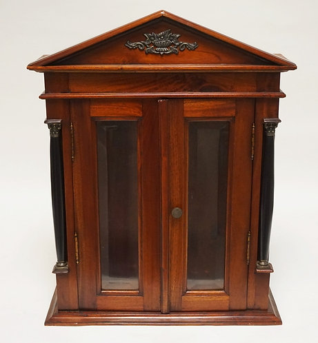 HANGING CABINET WITH BEVELED GLASS DOORS AND SIDES. EBONIZED COLUMNS ON THE CORN