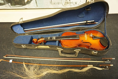 VIOLIN WITH CASE AND 3 BOWS. 2 BOWS ARE BY GLASSER. THE OTHER IS UNMARKED.