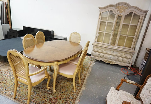 8 PIECE DINING ROOM SET. CARVED AND FINISHED IN A DISTRESSED WHITE. CHINA CABINE