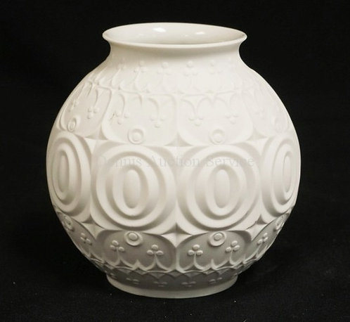 KAISER PORCELAIN VASE IN WHITE WITH MOLDED PATTERNS. 5 1/2 INCHES HIGH.