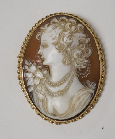LARGE 14K GOLD CARVED CAMEO BROOCH./PENDANT. 2 1/8 X 1 5/8 INCHES.