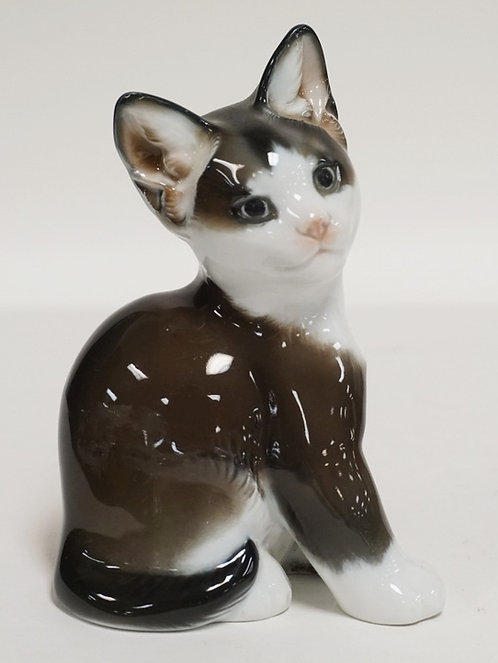 ROSENTHAL PORCELAIN FIGURE OF A CAT. MODELLED BY T. KARNER. 4 7/8 INCHES HIGH.