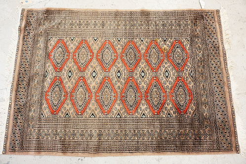 HAND WOVEN WOOL ORIENTAL AREA RUG MEASURING 6 FT X 4 FT.