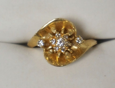 14K YELLOW GOLD RING WITH 9 ROUND DIAMONDS. 2.60 DWT.