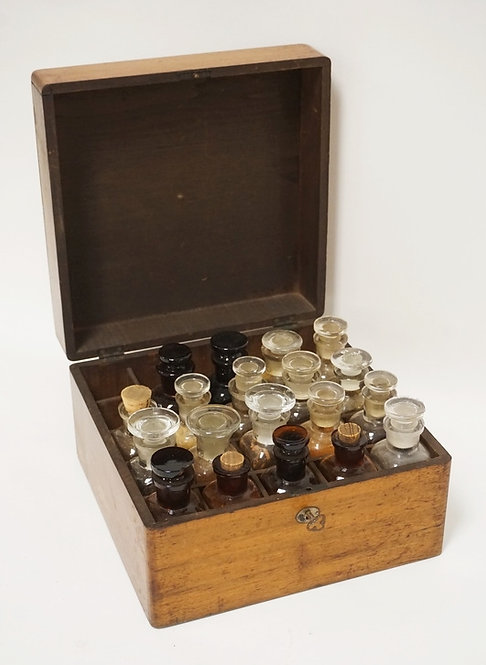 ANTIQUE DOCTORS MEDICINCE CASE WITH LOCK AND KEY. INCLUDES 19 VINTAGE GLASS MEDI