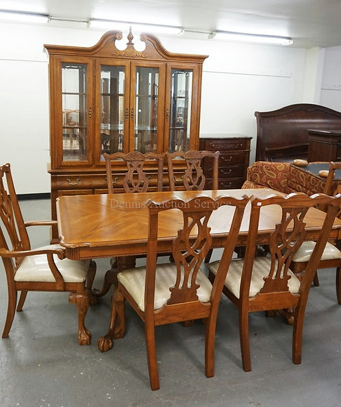 8 PIECE DINING ROOM SET IN OAK. INCLUDES CHINA CABINET, 6 CHAIRS AND A TABLE MEA