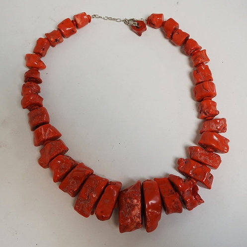 1253_RED CORAL NECKLACE WITH VERY LARGE CORAL CHUNKS. 24 INCHES LONG.