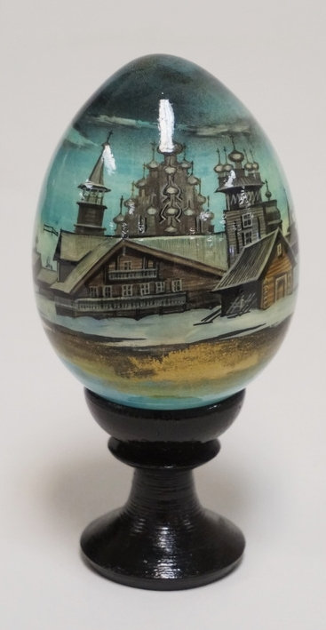 RUSSIAN HAND PAINTED AND LACQUERED EGG ON A TURNED WOODEN PEDESTAL. 5 1/4 INCHES