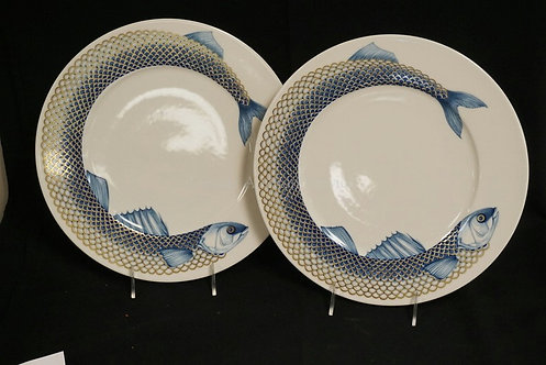 PAIR OF VILLEROY & BOCH DINNER PLATES DECORATED WITH FISH AROUND THE BORDER. 12