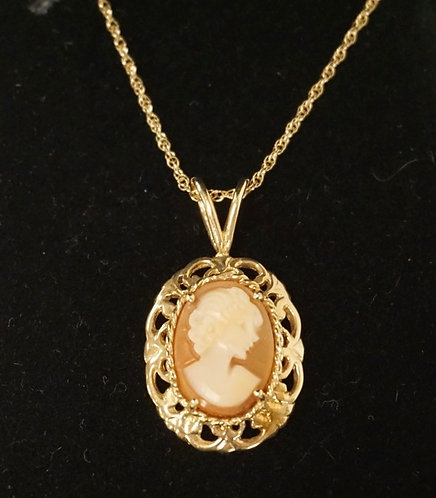 14K GOLD CARVED CAMEO PENDANT ON A 14K GOLD CHAIN. 2.55 DWT.