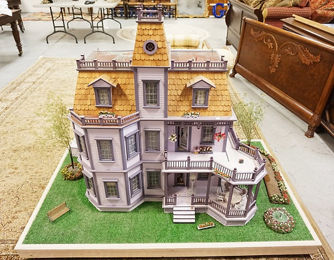 VERY LARGE AND DETAILED DOLL HOUSE WITH YARD PLATFORM. FULLY FURNISHED. LIGHTED