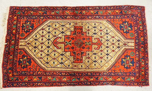 HAND WOVEN ORIENTAL RUG MEASURING 7 FT 1 X 4 FT 2 INCHES.