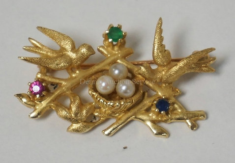 14K SOLID GOLD BROOCH WITH TWO BIRDS ON BRANCHES AND A NEST. SET WITH 3 PEARLS,