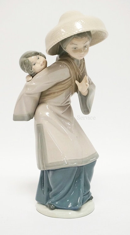 LLADRO PORCELAIN FIGURE OF A CHINESE WOMAN WITH A BABY ON HER BACK. 10 1/2 INCHE